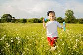 Chlapec hraje v poli — Stock fotografie