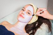 Woman has facial mask treatment — Stock Photo