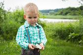 Malý chlapec na přírodu — Stock fotografie