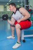 Uomo allenamento con manubri — Foto Stock