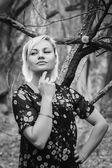 在森林里的金发女郎 — 图库照片