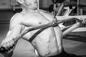 Hombre de tatuaje en el gimnasio — Foto de Stock