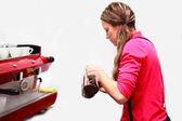 コーヒーを作る女性 — ストック写真