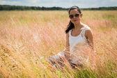 девушка в солнцезащитных очках в поле. — Стоковое фото