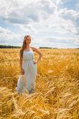 Lady in wheat field. — Stock Photo