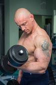 Man training with dumbbells — Zdjęcie stockowe