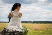 женщина на камне — Стоковое фото