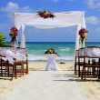Wedding ceremony in tropical paradise — Stock Photo