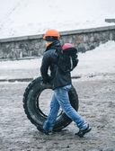 Протестующий, строительство баррикад в Киеве, Декабрь 2013 — Стоковое фото