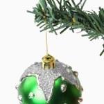 Зеленый безделушка, висит на новогодней елке — Стоковое фото