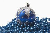 Blå julgranskula på sträng med blå pärlor — Stockfoto