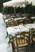 Tavoli e sedie in un caffè del marciapiede, atene — Foto Stock
