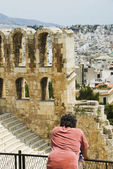Tourist in an ancient amphitheater — Stock Photo