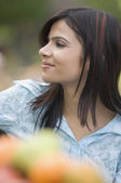 Woman smiling in a park — Stockfoto