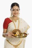 женщина держит тарелку религиозные туры — Стоковое фото