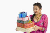 Woman holding gifts — Stock fotografie