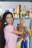 žena nakupování v supermarketu — Stock fotografie