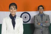 Dirigeants d'entreprise devant un drapeau indien — Photo