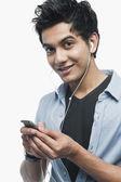 Man listening to music on iPod — Stock Photo