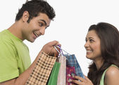 Couple carrying shopping bags — Stockfoto