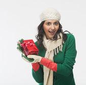 Donna con una scatola regalo — Foto Stock
