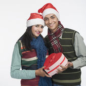 Couple holding a Christmas present — Stock Photo