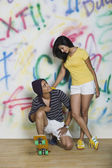 Couple with a skateboard — Stock Photo