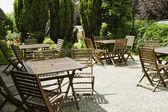 Mesas e cadeiras em um restaurante — Fotografia Stock