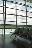 Sillas en un salón del aeropuerto — Foto de Stock