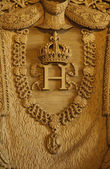 Carved crown and necklace in Musee du Louvre — Stock Photo