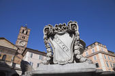 Fountain with Basilica di Santa Maria — Stock Photo