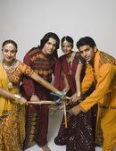 Casais realizando dandiya — Fotografia Stock