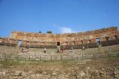 Turister på antika grekiska teatern — Stockfoto