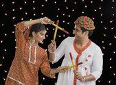 执行在 navratri dandiya raas 的夫妇 — 图库照片
