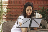 Mulher bebendo café — Fotografia Stock