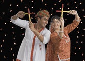 Couple effectuer dandiya raas à navratri — Photo