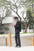 Biznesmen za pomocą cyfrowego tabletu — Zdjęcie stockowe