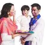 Family celebrating Holi festival — Foto Stock