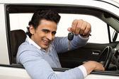 Ler man sitter i en bil och visar bilnyckel — Stockfoto