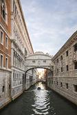 Edifícios ao longo do canal — Fotografia Stock