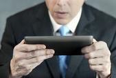 Zakenman die betrokken door tablet pc — Stockfoto