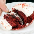 Slicing The Red Velvet Cupcake — Stock Photo