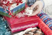 Man met tape voor geschenkverpakking — Stockfoto