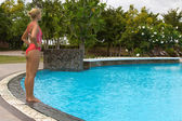 Relaxační žena v modrém venkovní bazén — Stock fotografie