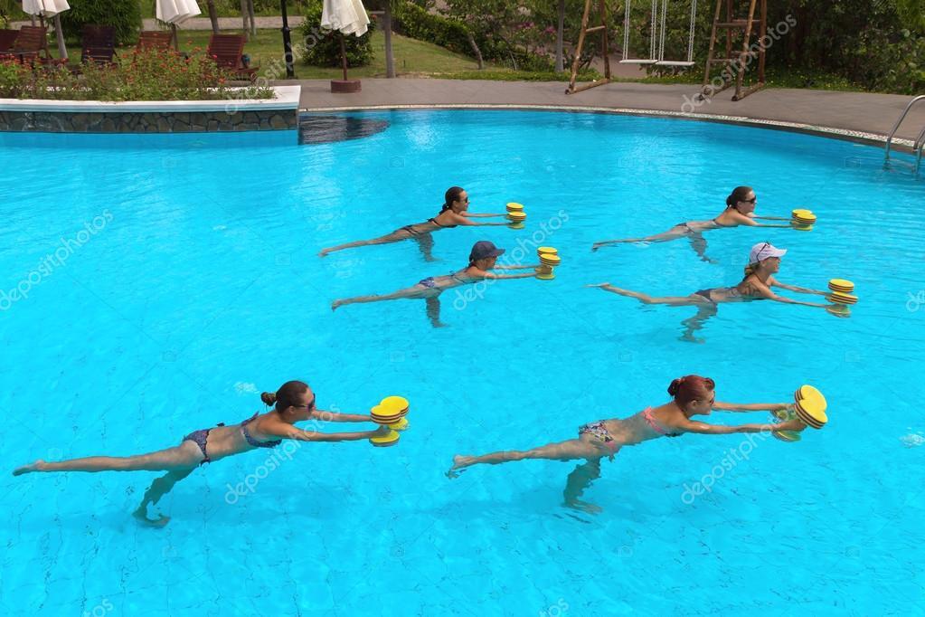 Gens heureux de remise en forme active faire des for Aqua 2000 piscine