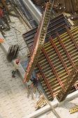 Operários e equipamentos na construção de site — Foto Stock