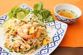 Stir-fried rice noodles with shrimp  — Stock Photo