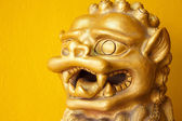 Chinese golden leo statue on white yellow background — ストック写真
