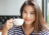 Portrait of asian woman smiling and holding  cup of coffee — Stock Photo