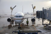 Aircraft deicing operations on Chicago — Stock Photo